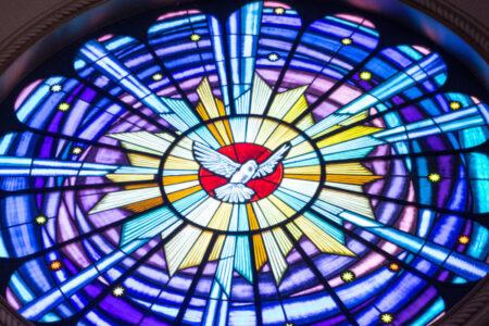 Zdjęcie przedstawia witraż z symbolem Ducha Świętego - gołębia